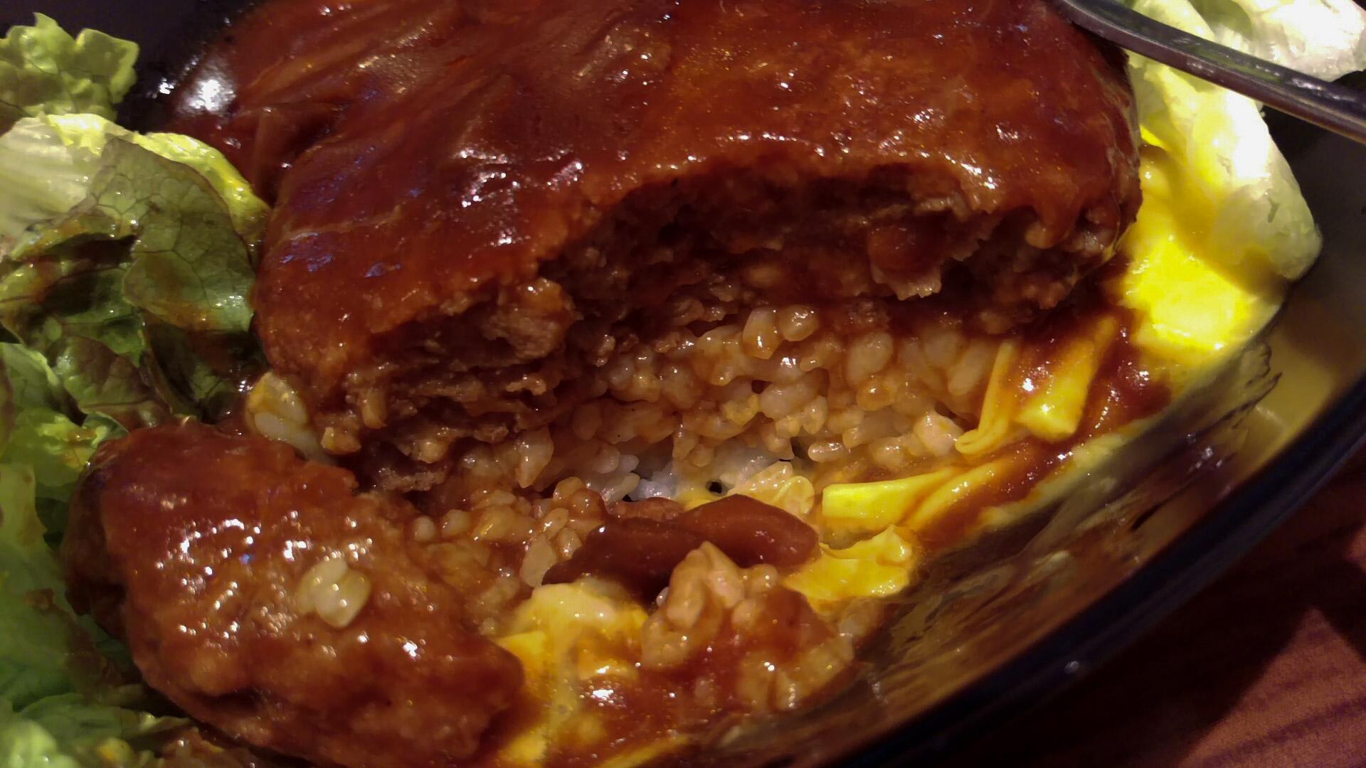 このご飯と卵とハンバーグと野菜のレイヤーが、まさに恋。