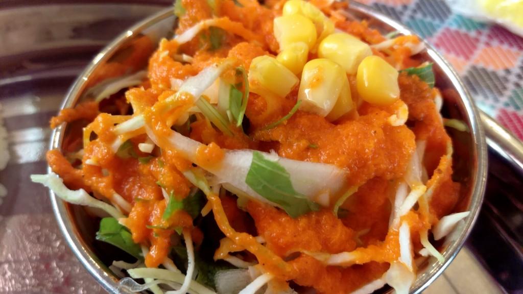 このサラダ、人参がすりおろしたものをドレッシングに使用。美味。