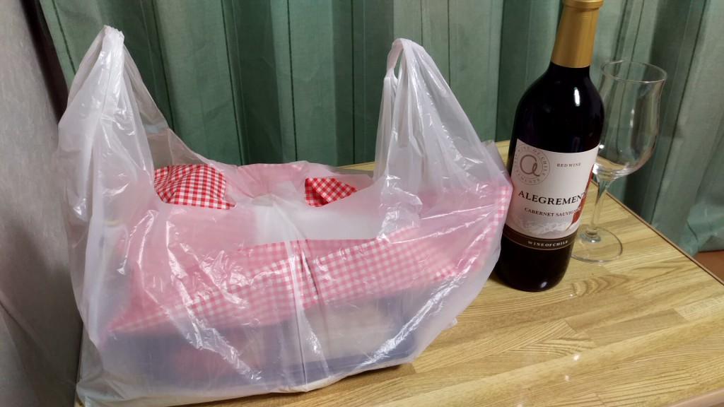 インドお弁当、デカい!横のワインのビンはフルボトルです ハーフではないですよ
