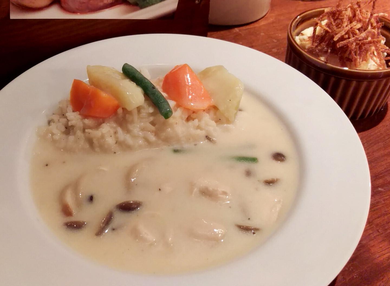 キノコと鶏肉のクリームソース バターライス添え・パリパリポテトサラダ@葡萄舎さん