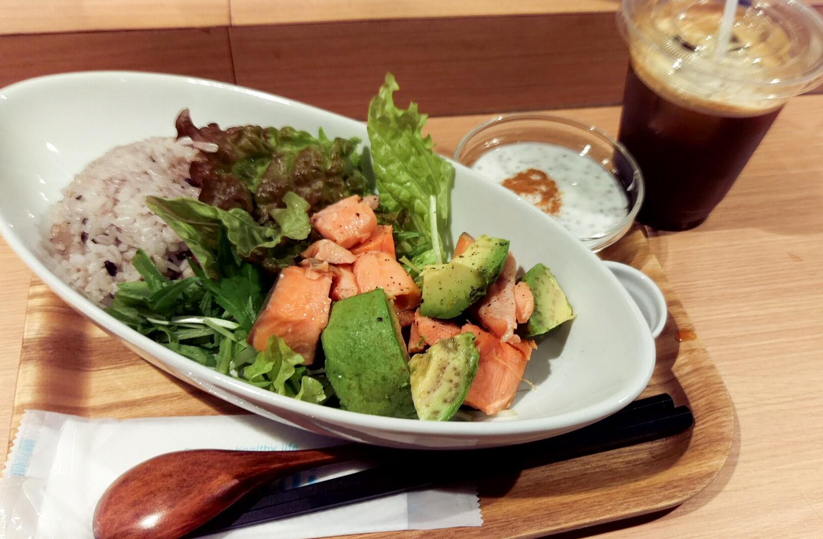 鮭とアボカド&雑穀ごはん(少なめ)&ヨーグルトのトッピングはシナモン&アイスコーヒー