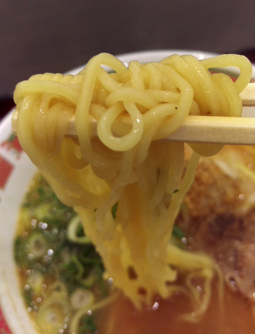 麺は醤油ラーメンと同じく、柔らかめのフードコートによくある麺