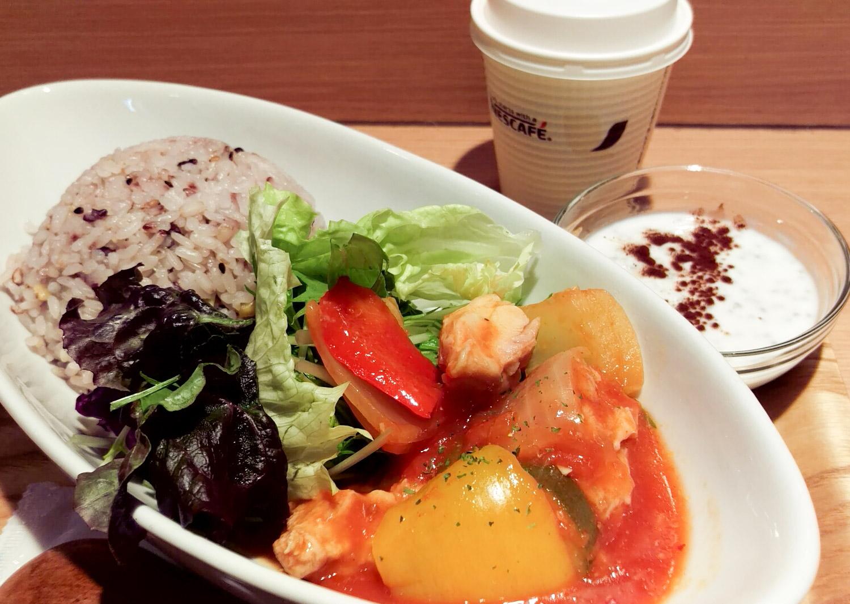 鶏のトマト煮&雑穀ごはん(半分)&ヨーグルトのトッピングはココア&ホットコーヒー