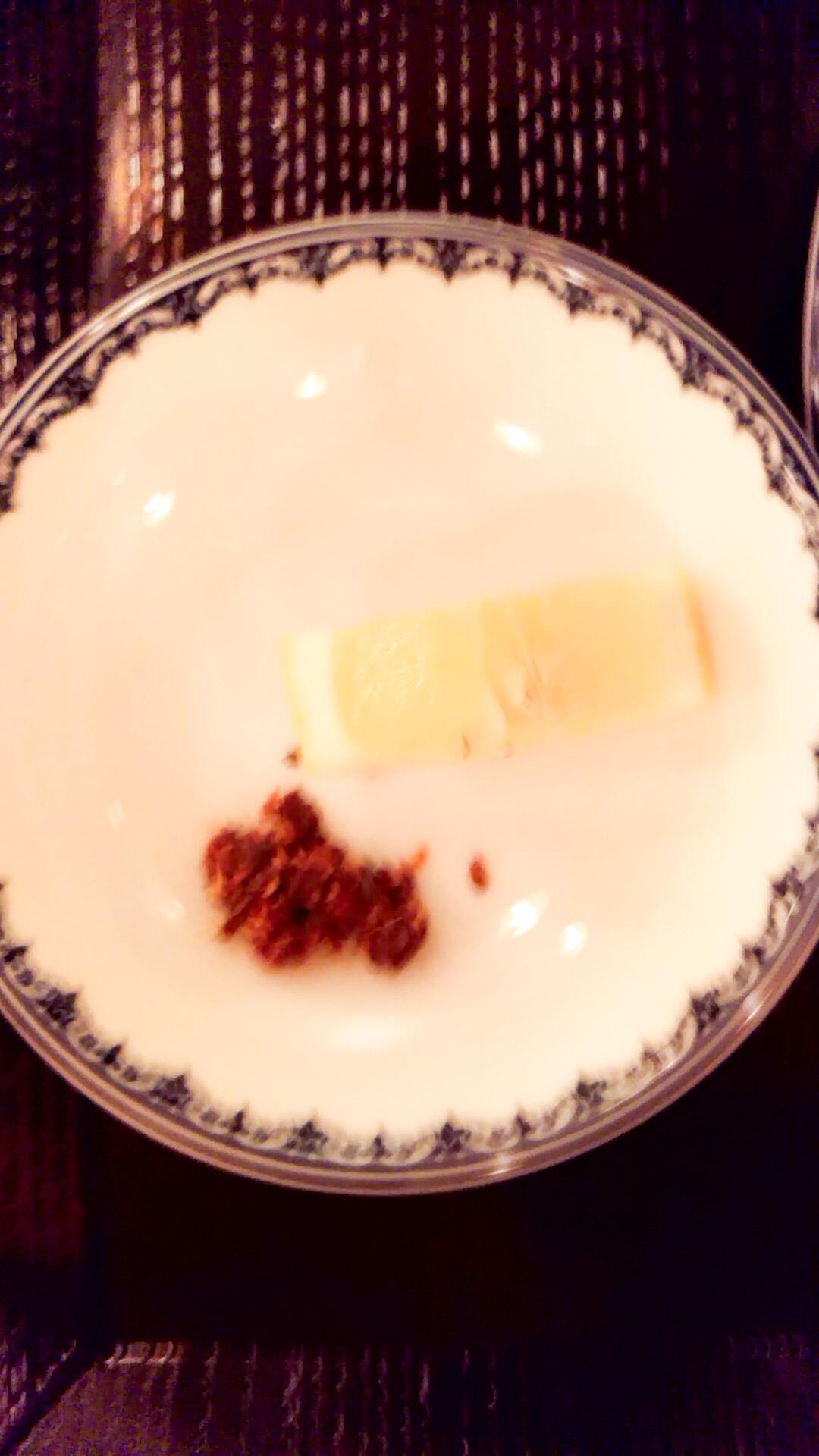 サテ(赤唐辛子とレモングラス)?とレモン