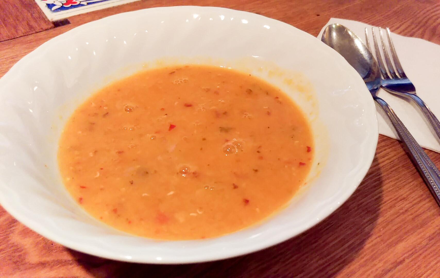 まず、赤レンズ豆のスープをサーブしていただいた