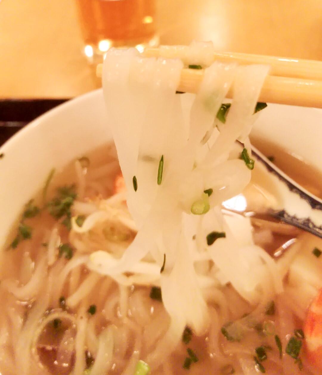 この麺が本当に美しい!同じライスヌードルでもブンボーフエの麺とはきちんと別で、こちらはフォー。