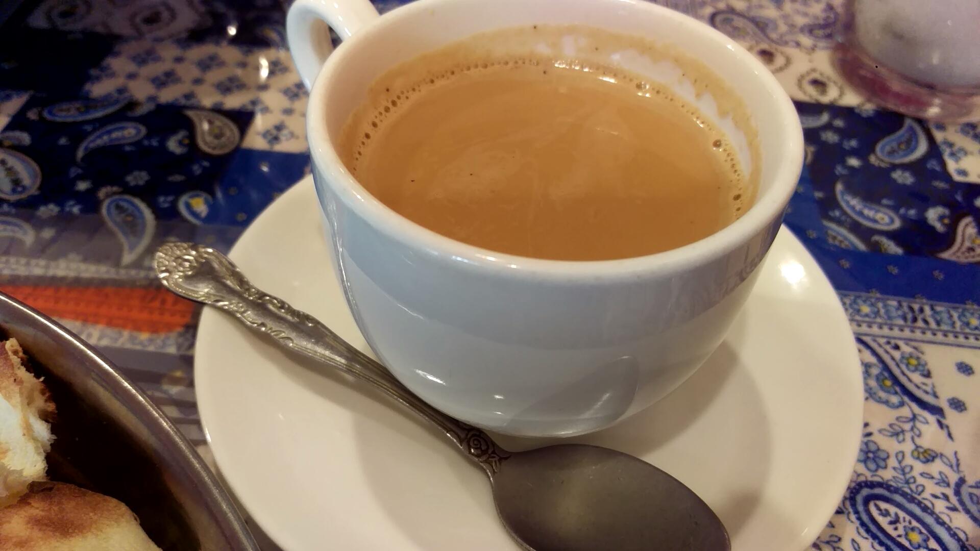 チャイはホットで提供される。煮しめたミルクティー