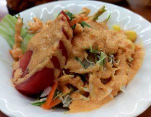 サラダにはインネパのお店によくあるタイプのドレッシングが。すりおろし人参?の粒が立っている