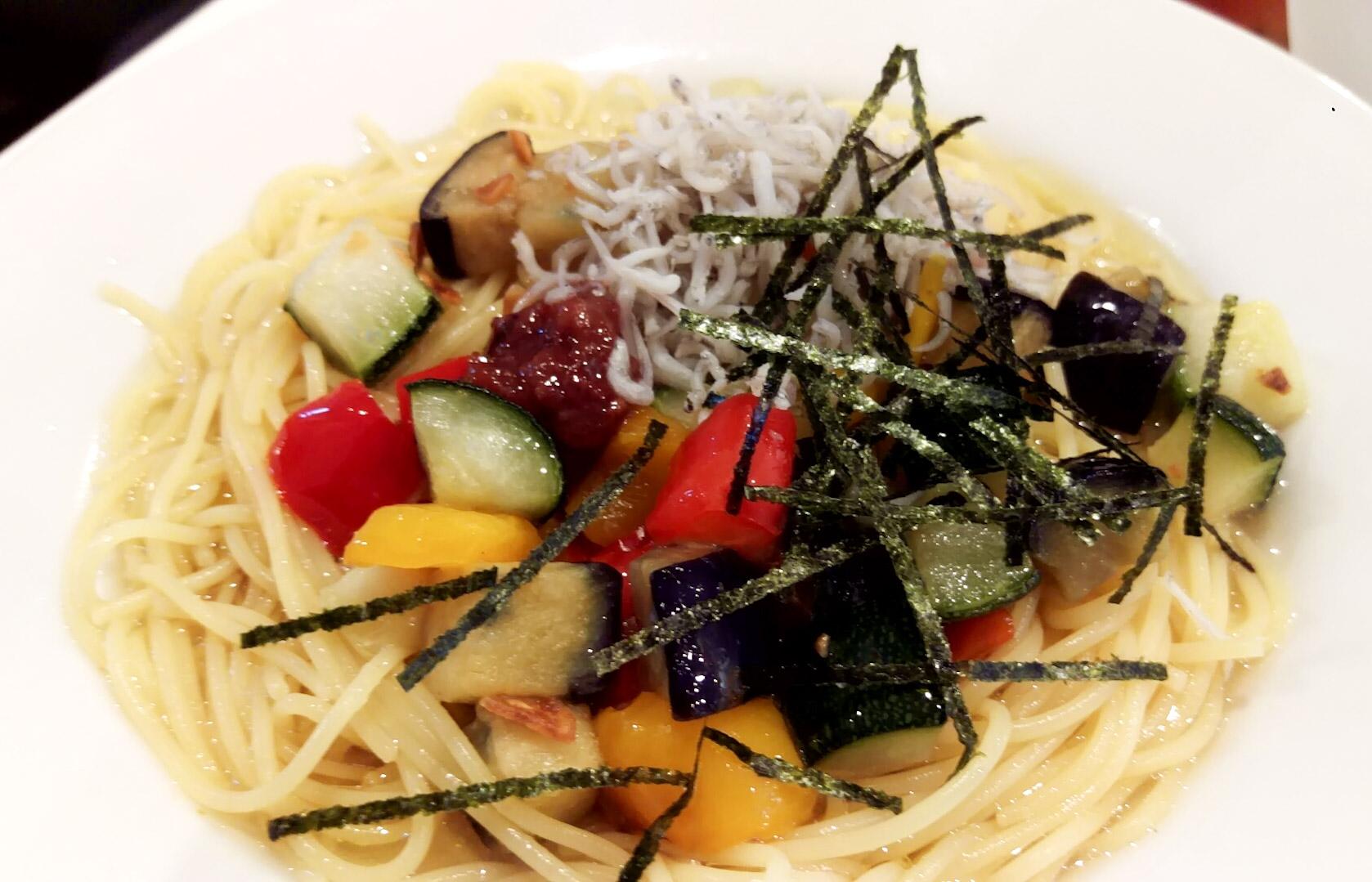 冷製パスタ。お味はペペロンチーノで、ガッツリニンニクがきいている